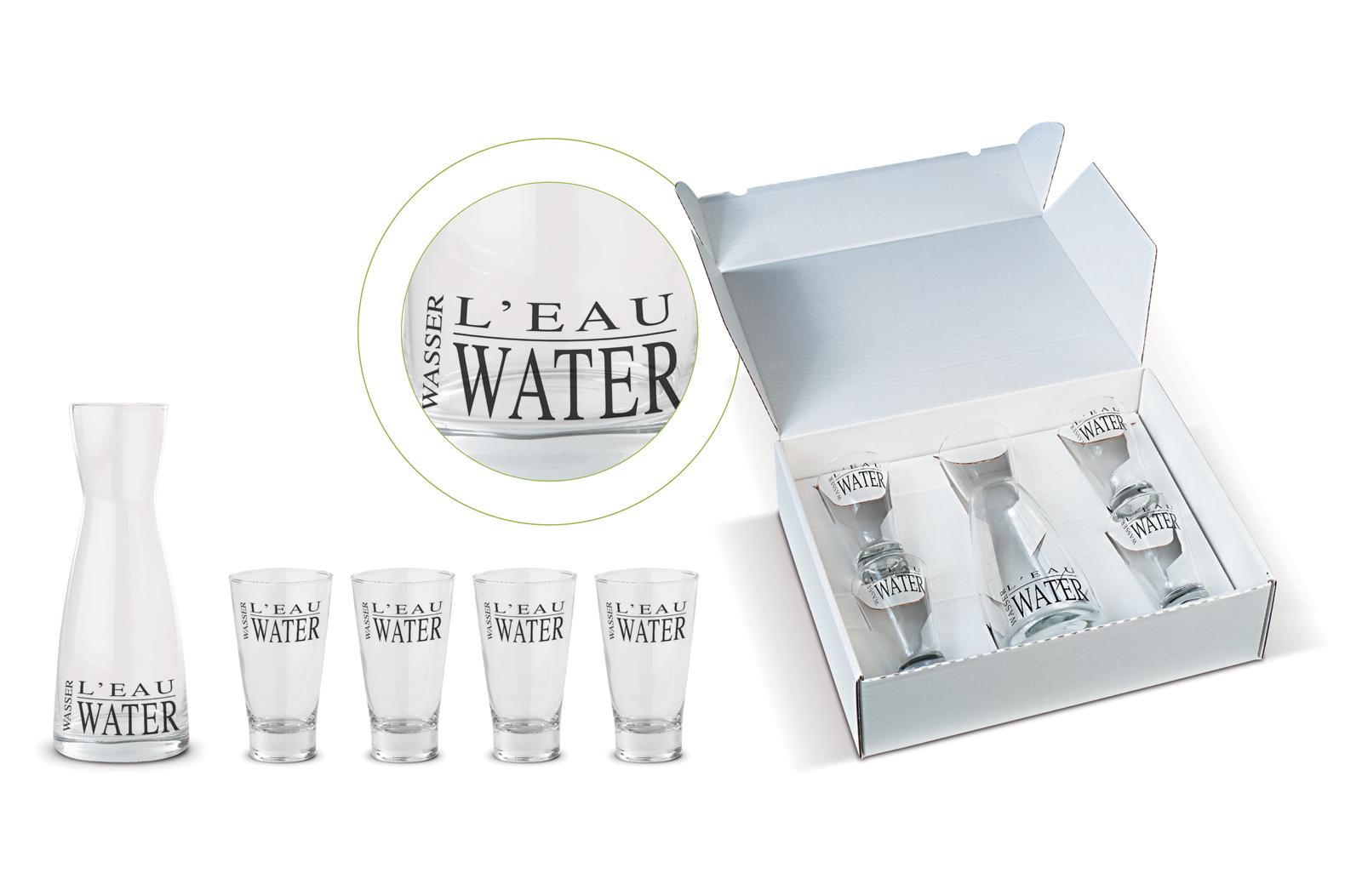 Waterkaraf (56006) met 4 glazen (56007). Standaard bedrukt met aangegeven tekst. Verpakt in geschenkverpakking (38