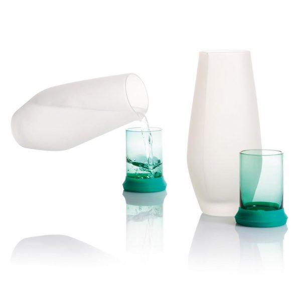 Hyta is een handgeblazen glazen karaf met 500 mL inhoud die je helpt gehydrateerd te blijven gedurende de hele dag. De ergonomische vorm maakt schenken echt makkelijk. Het bijgeleverde gekleurde glas fungeert tevens als deksel en zorgt er voor dat je water vers blijft. Ideaal dus voor gebruik op je bureau