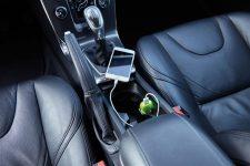 Auto lader met 5V/1A die je in staat stelt om snel je mobiele apparaten op te laden onderweg in de auto. Klein en compact design die gebruikt kan worden in elke auto en  elke telefoon kan opladen.