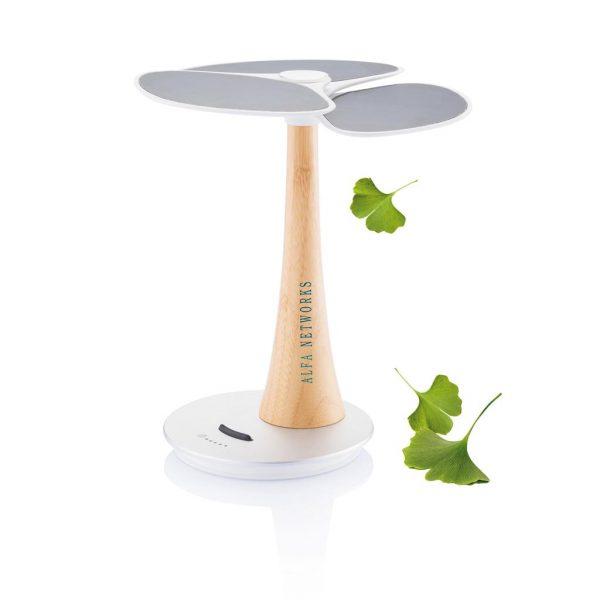 Ginkgo heeft een geïntegreerde 4000mAh herlaadbare litium batterij om je groene energie op op te slaan. De capaciteit wordt op klein LED's weergegeven. Ginkgo is gemaakt van milieuvriendelijke materialen zoals reSound® en bamboe. Met de USB uitgang kunt u uw telefoon