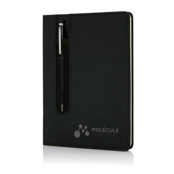 De perfecte combinatie: Een A5 PU notitieboekje met pen sleeve en een metalen stylus pen. 80 pagina's van 80g/m2. Verpakt in geschenkverpakking.
